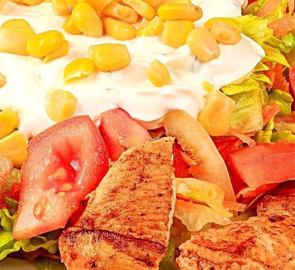 Salata cu frigarui de pui – 350g